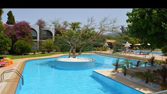 jeden z basenów w hotelu Caravia Beach & Bungalows