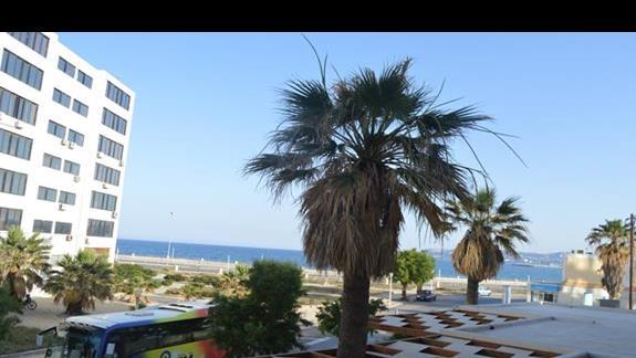 widok z okna w pokoju standardowym w hotelu Lomeniz