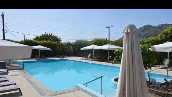 mniejszy basen w hotelu Anavadia