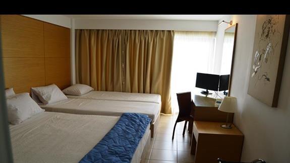 pokój z dwiema dostawkami w hotelu Doreta Beach