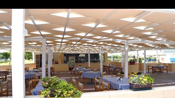 restauracja przy basenie w hotelu Doreta Beach