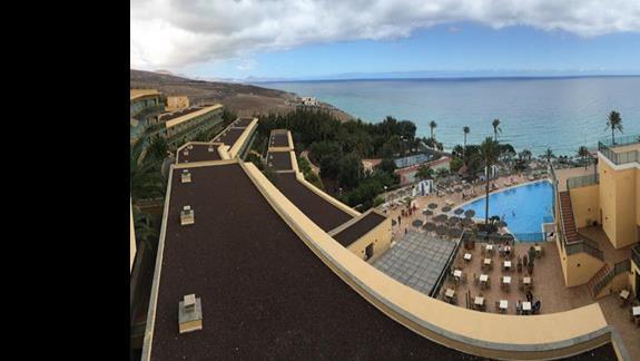Widok na obiekt hotelowy przed burza