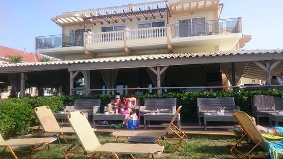 Bar przy plaży - super miejsce ,gdzie można odpocząć od słońca,  wypić kawę patrząc na morze :)