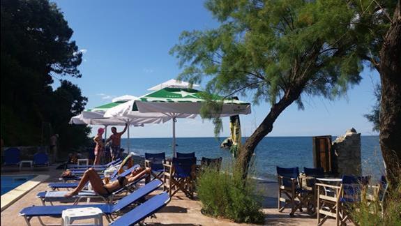Blue Bar i widok z lezaka na plaze w Kokkino (hotel Aqua Rosa)