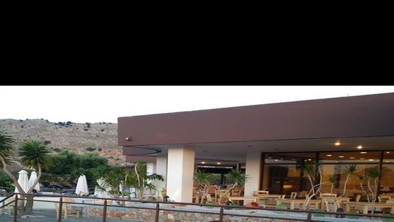widok na restauracje od wejścia głównego