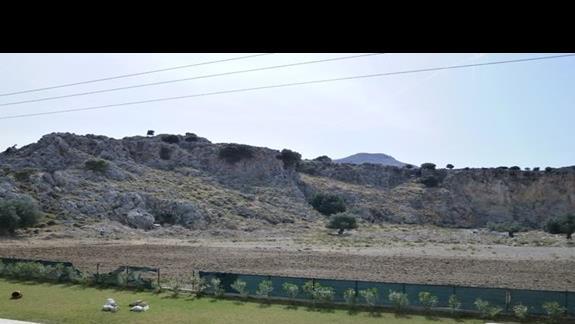 widok na sąsiadujące pasmo górskie, oraz pastwisko owiec i kóz