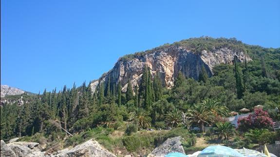 widok z plazy na skaly i ogród
