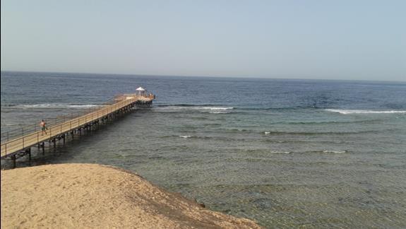 Widok z plaży na molo