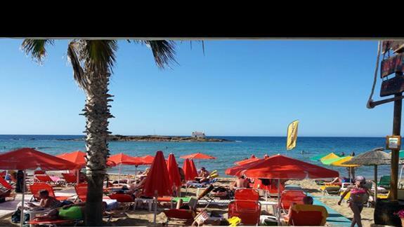 Widok z baru przy plazy na plaze i na wyspe Afentis Christos
