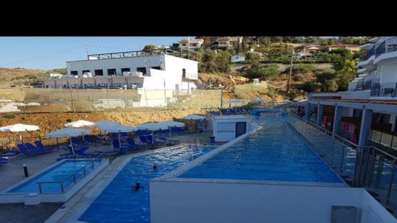 nowsze baseny (w tle budowa)