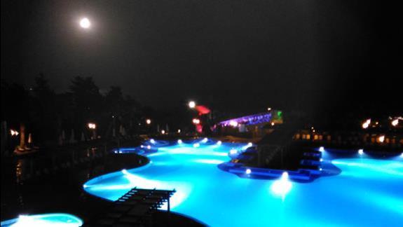 basen nocą