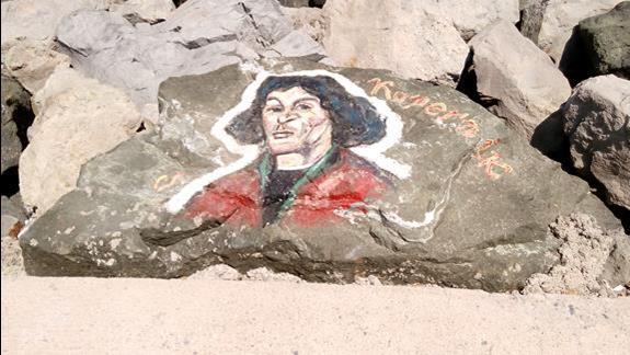 Malowidła znanych postaci na kamieniach na calej promenadzie