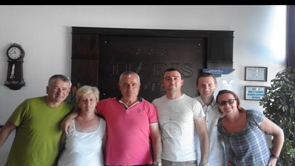 Zdjęcie zostało zrobione na tle recepcji hotelu HARIS na którym jestem ja z żoną a w środku rodzina właścicieli oraz nasz rezydent Janek