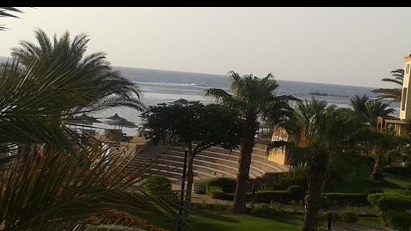 widok z balkonu, w tle morze