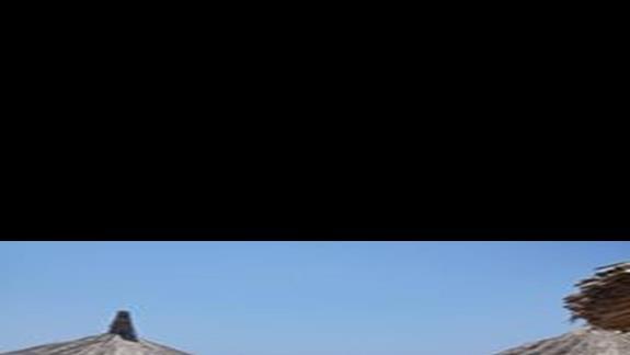 Piękna piaszczysta plaża, leżaki i parasole nie tylko na plaży ale też na pomoście