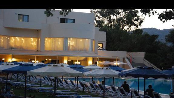 Basen główny i restauracja hotelowa