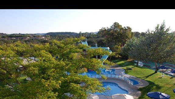 Widok z balkonu na baseny dla dzieci