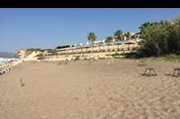 Hotel Caretta Island - Plaza przy hotelu z lewej strony za głazem