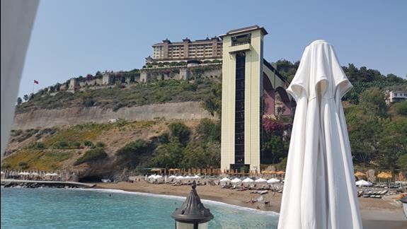 Widok na Hotel z pomostu nad morzem.