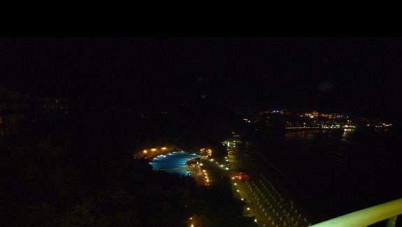 widok na baseny i plażę w nocy z góry Hotelu