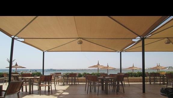 Widok na morze z klimatyzowanej restauracji włoskiej
