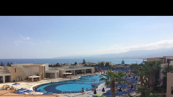 widok z balkonu na glówny budynek hotelu i basen