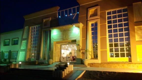 Fasada hotelu noca.
