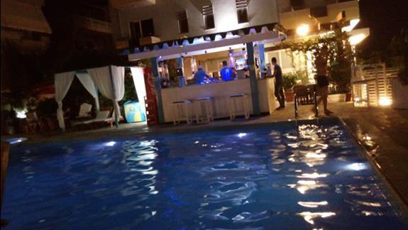 basen w hotelu z barem :)