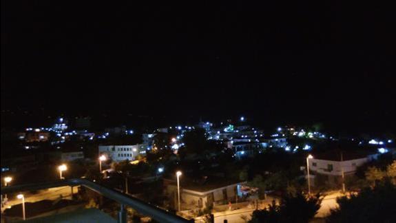 widok nocą na miasteczko z balkonu