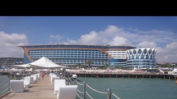 Widok główny na hotel z molo