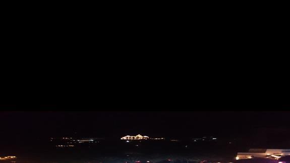 Widok na basen w nocy