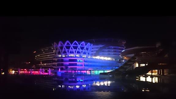 Widok na hotel w nocy