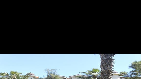 Widok na budynki hotelowe, ogród