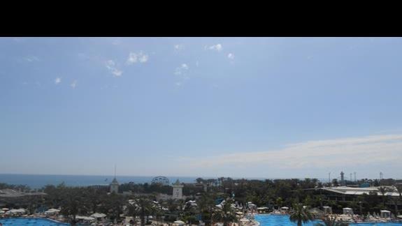 Widok na basen z balkonu