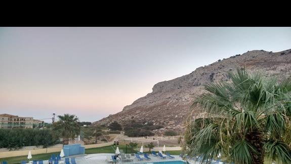 Widok z restauracji na góry, morze i basen