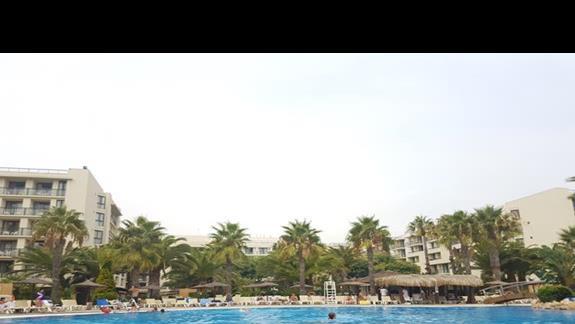 Głowny basen z widokiem na hotel