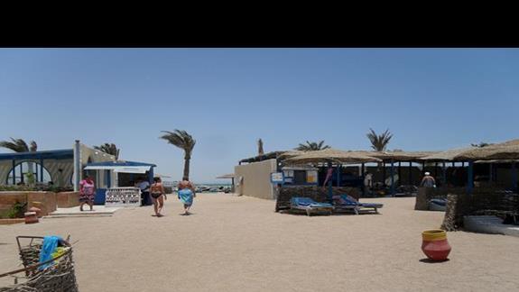 Tylna część plaży z wejściem po lewj do beach baru