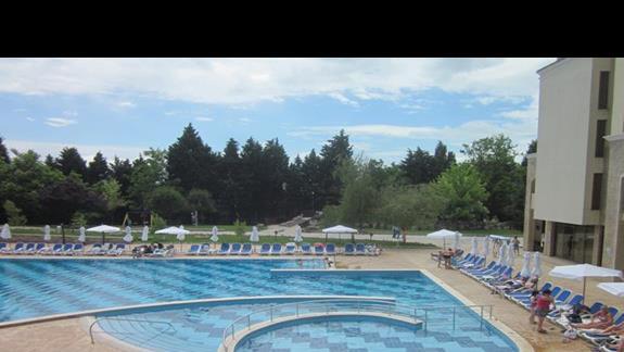 basen przed hotelem