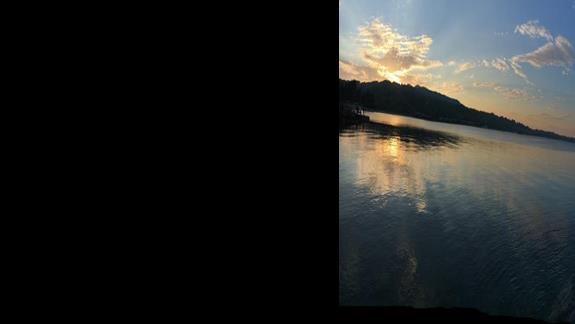 Zachód słońca w porcie przy plaży