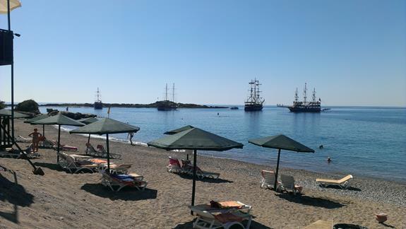 Statki turystyczne cumujące w zatoce, w okolicy plaży hotelowej