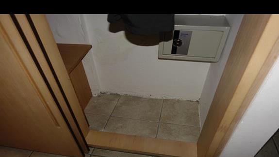 brak pólek w szafie