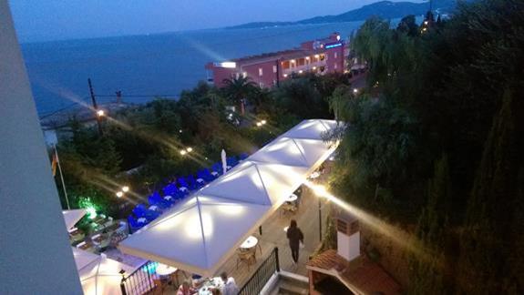 Widok na górny hotelowy taras i basen