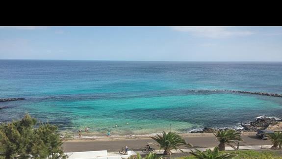 widok z pokoju z widokiem na ocean. Przyhotelowa zatoczka