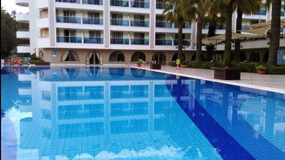 Jeden z basenów, woda bardzo czyściutka :) Oczywiście wszędzie wokół  są piękne palmy :)