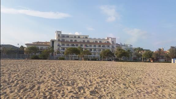 Hotelik- zdjecie z brzegu morza.