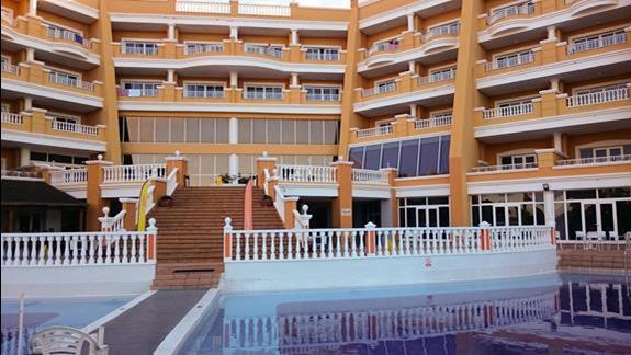 widok na hotel od strony basenu