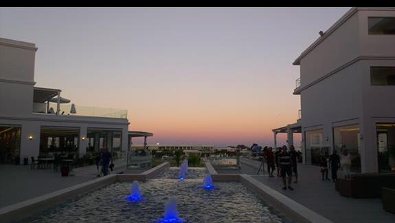 Teren hotelowy o zachodzie słońca