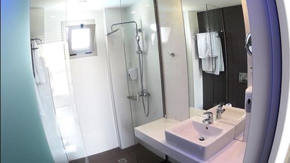 łazienka w p. standard w  hotelu Carolina Mare
