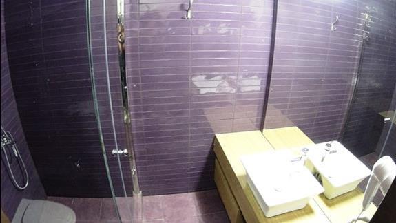 łazienka w pokoju standard w bud. przy plaży w h. Galini Sea View