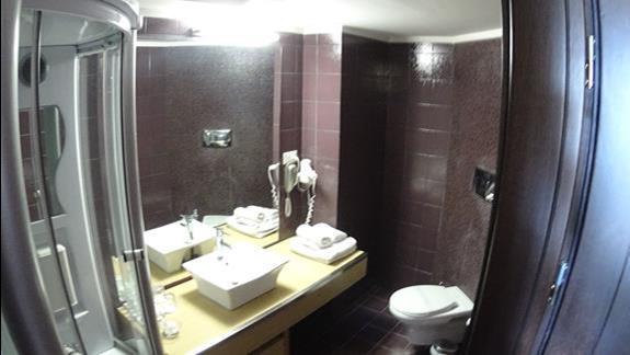 łazienka w pokoju standard w bud. głównym w h. Galini Sea View